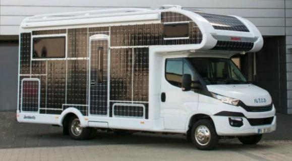 这种带有太阳能电池板车身的定制RV不需要燃料