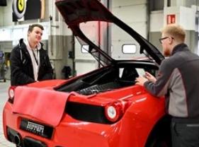 法拉利经销商在超级跑车展示厅开放日接待了400名学生