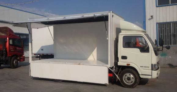 鞍山经济开发区的流动售货车正在售卖新鲜的蔬菜水果