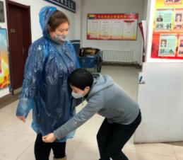 曙光社区公共卫生师演示如何戴口罩穿防护服