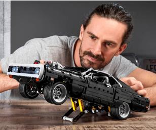 作为模型Charger具有大量基于原始1970年汽车的逼真的功能