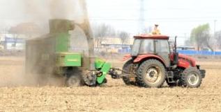 鞍山经济开发区达道湾街道烟狼烟寨村耕种地上 秸秆打包机正在田间地头忙碌作业