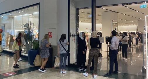 购物中心的零售店重新营业