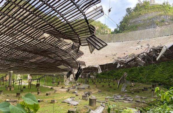 波多黎各的阿雷西博射电望远镜遭受严重破坏