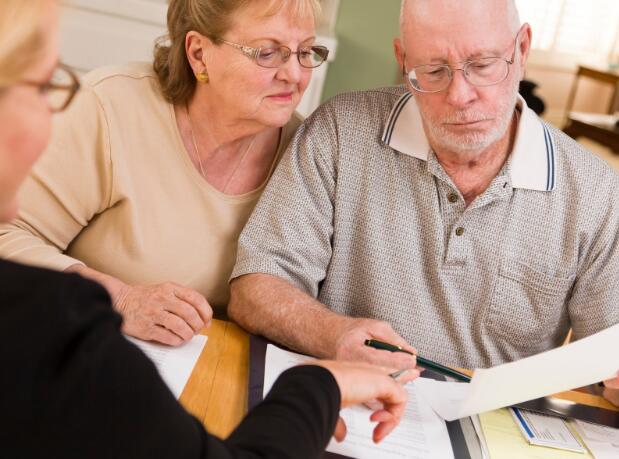 数百万的美国人正在考虑这一决定 这将缩减他们的社会保障福利
