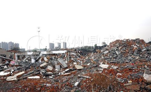海城市东双村段太子河道曾堆放着大量红砖等建筑垃圾 需及时清除