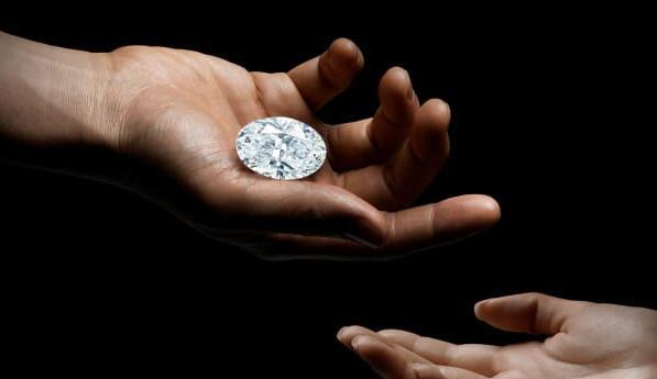 一颗102克拉的完美钻石可能成为苏富比拍卖行有史以来最昂贵的珠宝并卖给在线竞标者