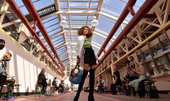 英国时尚委员会主席说当前局势对时尚业的打击令人担忧