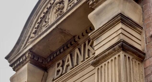 在银行和信用合作社之间做出决定 查看差异