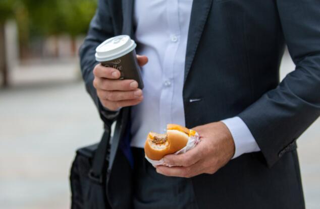 消费者的最爱在咖啡和汉堡之间的战斗中发生冲突