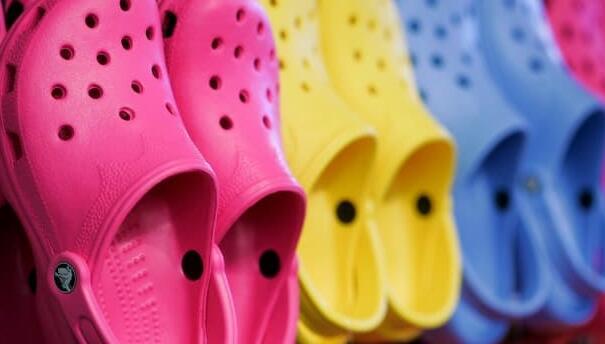 尽管供应链中断Crocs报告创纪录的收入提高全年指导