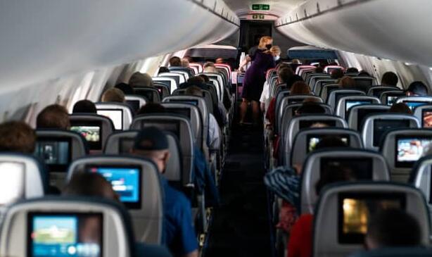新调查显示大多数空乘人员都曾处理过不守规矩的乘客