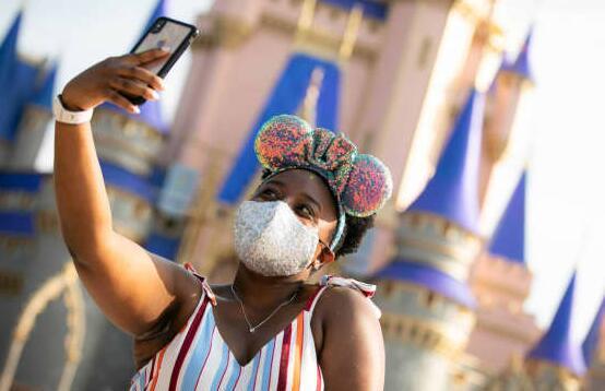 迪士尼国内主题公园将于周五开始要求所有游客在室内戴口罩