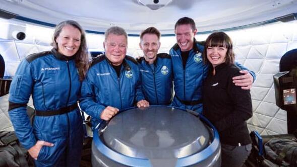 杰夫贝索斯的蓝色起源成功地将威廉夏特纳的船员送入太空并返回